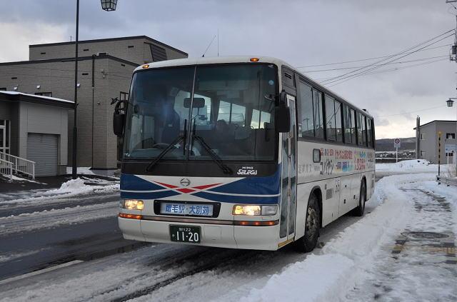 増毛駅に到着した沿岸バス大別苅行 (増毛駅に到着した沿岸バス大別苅行) JR増毛駅。左の増築部分